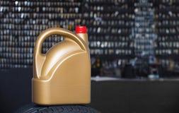 Gouden plastic bus royalty-vrije stock afbeeldingen
