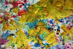 Gouden plonsen, vlekken, de creatieve achtergrond van de verfwaterverf Stock Foto