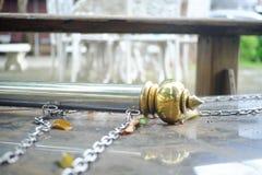 Gouden pooltribune die op de marmeren vloer vallen stock foto's