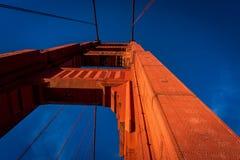 Gouden poortbrug van onderaan stock afbeelding