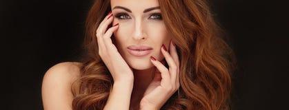 Gouden portret van mooie vrouw Stock Afbeeldingen