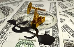 Gouden Pumpjack en Gemorste Olie op het Geld Royalty-vrije Stock Afbeelding