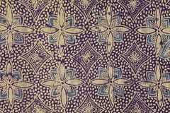 Gouden purpere batikachtergrond Stock Afbeeldingen
