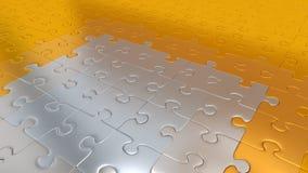 Gouden Raadselstukken op al andere de vloer die Zilveren stukken worden Stock Foto's