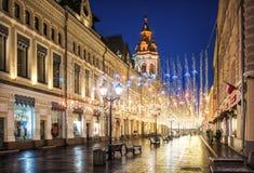 Gouden regen van Kerstmisdecoratie op Nikolskaya-straat in Moskou Stock Foto's