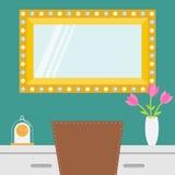 Gouden retro make-upspiegel met elektrische gloeilamp Glanzende lamp Lijst, stoel, vaas met bloem, klok Decoratie binnenlandse el Stock Fotografie