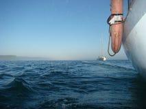 Gouden rimpelingen in water Het varen regatta op het reservoir van Irkoetsk stock foto