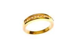 Gouden ring die op de witte achtergrond wordt geïsoleerds Stock Foto's