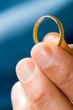 Gouden Ring die - verticaal aanbiedt Stock Foto's