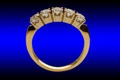 Gouden ring met brilliants royalty-vrije stock foto's