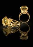 Gouden ring met brilliants en gem op een zwarte royalty-vrije stock foto