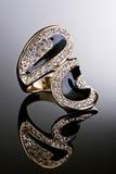 Gouden ring met diamanten. Stock Foto