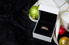 Gouden ring met dimonds in witte giftdoos Stock Afbeelding