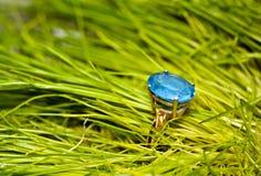 Gouden ring met een blauwe topaas Stock Afbeeldingen