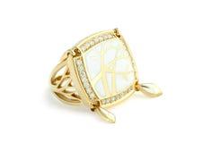 Gouden ring met email stock afbeeldingen