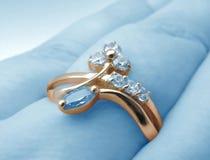 Gouden ring op blauwe achtergrond stock afbeelding