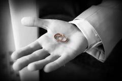 Gouden ring op de palm Stock Foto