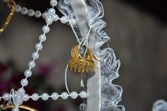 Gouden ring op een witte mand Stock Afbeeldingen