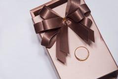 De doos van de gift en gouden ring Royalty-vrije Stock Afbeeldingen