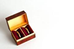 Gouden Ringen in Antieke Doos Royalty-vrije Stock Foto