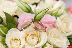 Gouden ringen en boeket Royalty-vrije Stock Foto