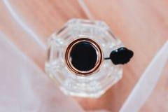 Gouden ringen en parfums op de lijst royalty-vrije stock afbeelding