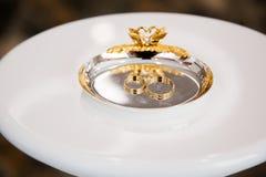 Gouden ringen in mooie doos Royalty-vrije Stock Foto's