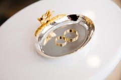 Gouden ringen in mooie doos Stock Afbeeldingen