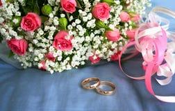 gouden ringen voor een huwelijksboeket van rozen Stock Afbeelding