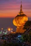 Gouden Rots - Kyaiktiyo-Pagode, Myanmar Stock Afbeeldingen
