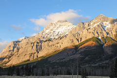 Gouden rotsachtige bergen stock foto