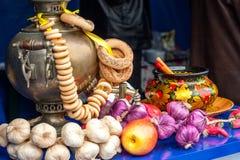 Gouden samovar met ongezuurde broodjessamenstelling stock afbeeldingen
