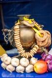 Gouden samovar met ongezuurde broodjessamenstelling royalty-vrije stock afbeeldingen
