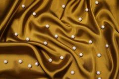 Gouden satijn met parels royalty-vrije stock afbeeldingen