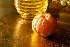 Gouden schaal Het concept dorst en honger Verse Mandarin en een aanraking van water stock foto's