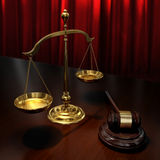 Gouden schalen en veilingshamer Stock Afbeeldingen
