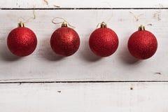 Gouden schitterend ster gevormd Kerstmisornament op witte houten Royalty-vrije Stock Fotografie