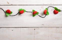 Gouden schitterend ster gevormd Kerstmisornament op witte houten Stock Fotografie