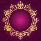Gouden sierkader op de uitnodiging van het pinkdamaskpatroon backgroun Royalty-vrije Stock Foto