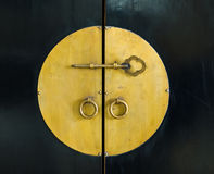 Gouden sleutel in de kabinetsdeur Royalty-vrije Stock Foto