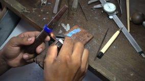 Gouden Smith die een rings` s was maken buigen vormen, juwelen die, langzame motie maken stock videobeelden