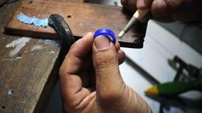 Gouden Smith die een vorm van de ringswas, juwelen maken die schoonmakend wasmodel maken stock footage