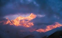 Gouden sneeuwpiek in zonsondergang Stock Afbeeldingen
