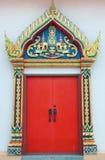 Gouden snijd deur met rood blad in Thaise tempel royalty-vrije stock foto's