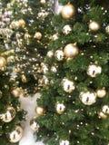 Gouden snuisterijen op Kerstmisboom Stock Foto