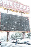 Gouden Stakingshotel en Gokkend Hall Sign in Sneeuw Stock Foto's