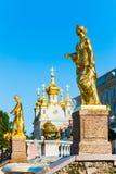 Gouden standbeeld bij Grote cascadefonteinen in Petergof Royalty-vrije Stock Afbeelding