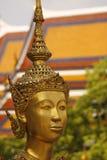 Gouden standbeeld bij het koninklijke paleis in Bangkok Stock Afbeeldingen