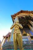 Gouden standbeeld binnen openbare koninklijke tempel Royalty-vrije Stock Foto's