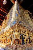Gouden standbeeld binnen openbare koninklijke tempel Stock Fotografie